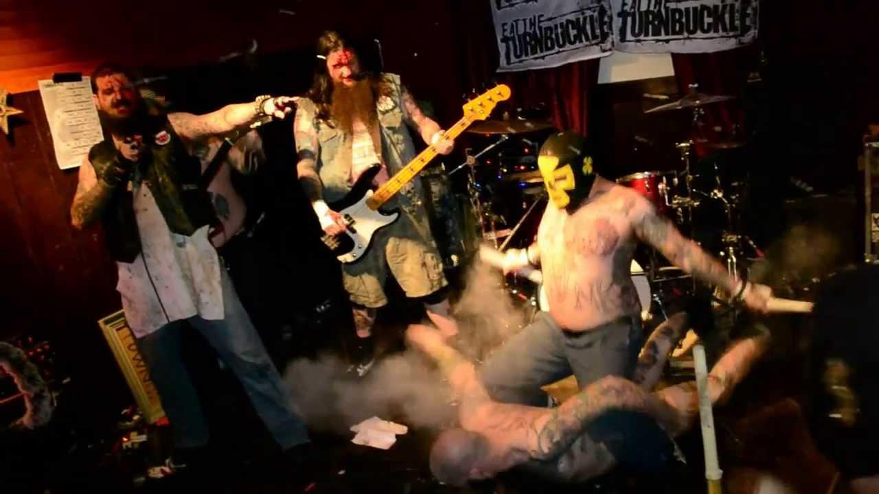 nackte-musikband-auf-der-buehne